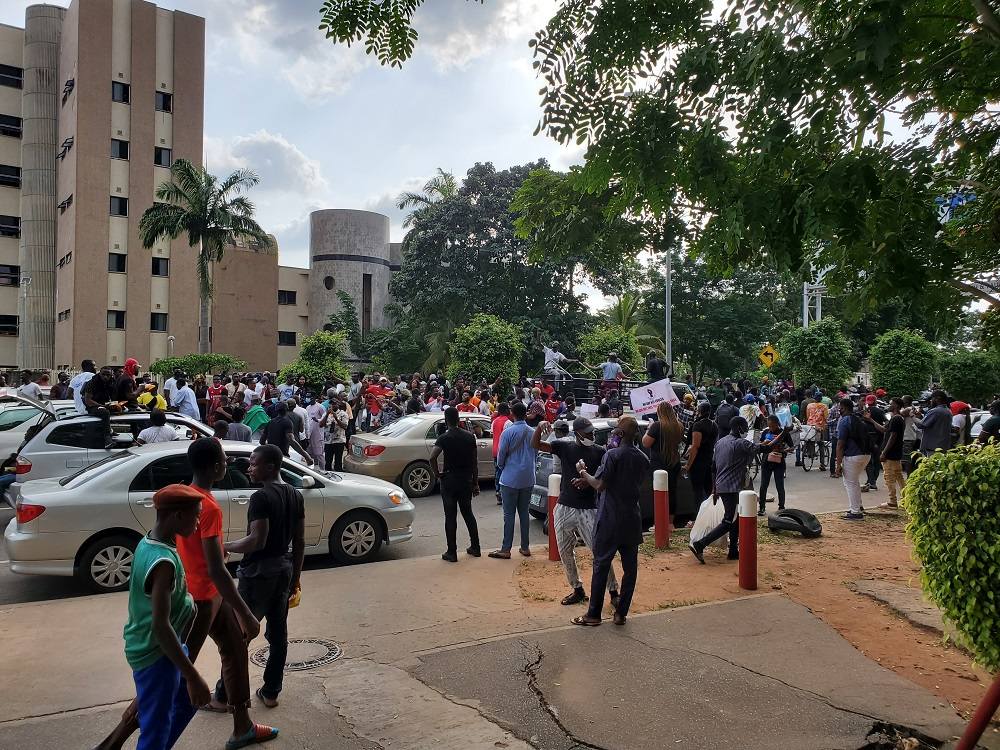 One killed, governor's convoy attacked as violence breaks out at Osun  protest ground - Nigerian Diary